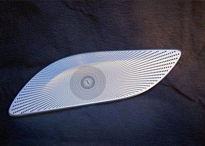Ein Bauteil der Ätztechnik Herz, das im S-Klasse-Mercedes Verwendung findet