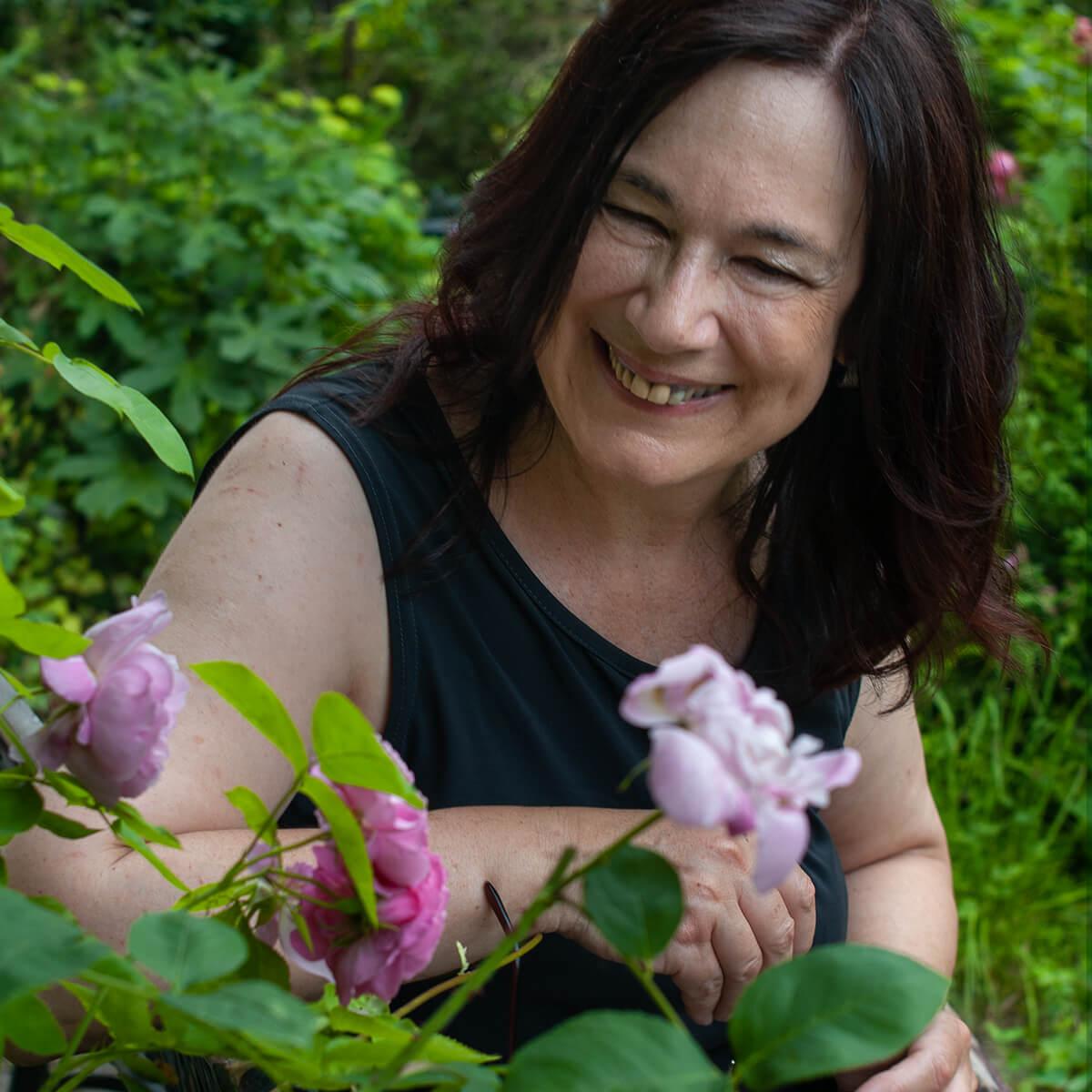 Marianne Kaindl im Garten