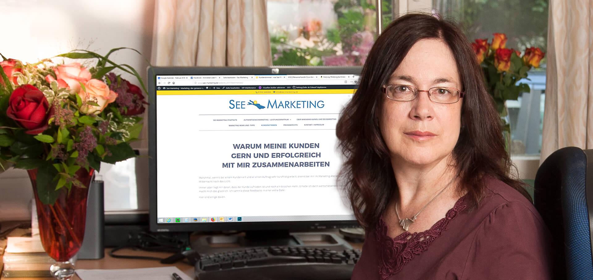 Marianne Kaindl am Schreibtisch in ihrer Werbeagentur in Stetten am Bodensee