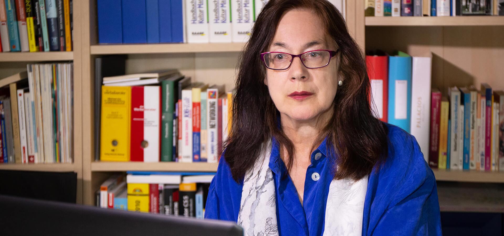 Marianne Kaindl in ihren Arbeitsräumen in Stetten bei Meersburg am Bodensee