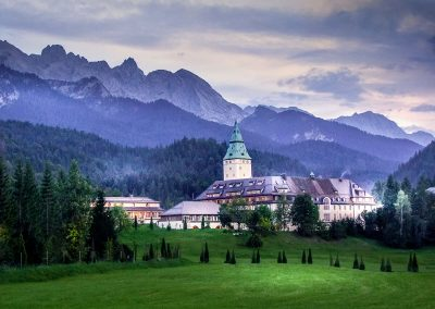 Schloss Elmau in der Abenddämmerung