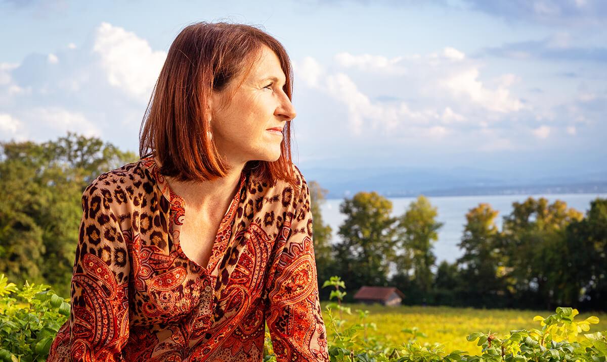 Rosa Roller, Coach und Heilpraktikerin, genießt den Spätnachmittag am Bodensee
